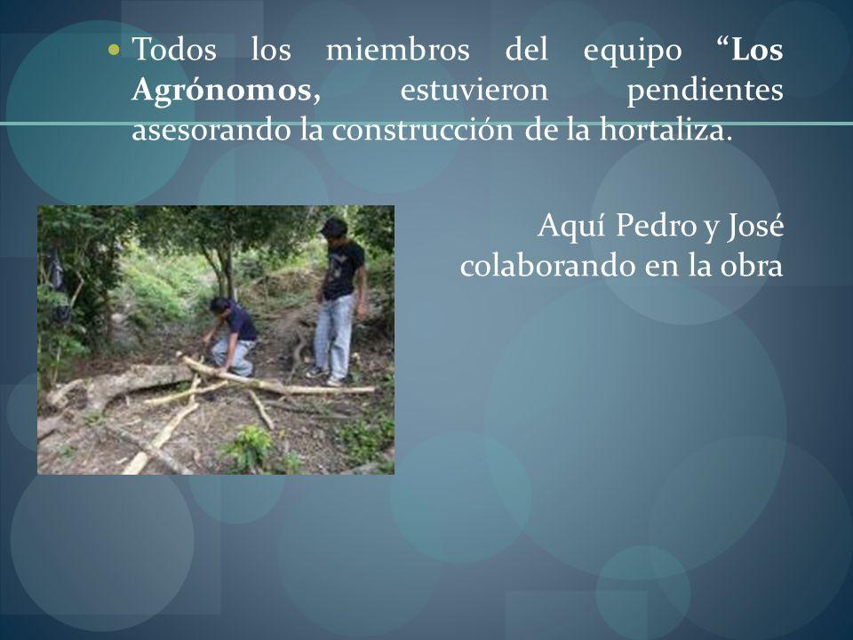 Todos los miembros del equipo Los Agrónomos, estuvieron pendientes asesorando la construcción de la hortaliza. Aquí Pedro y José colaborando en la obr