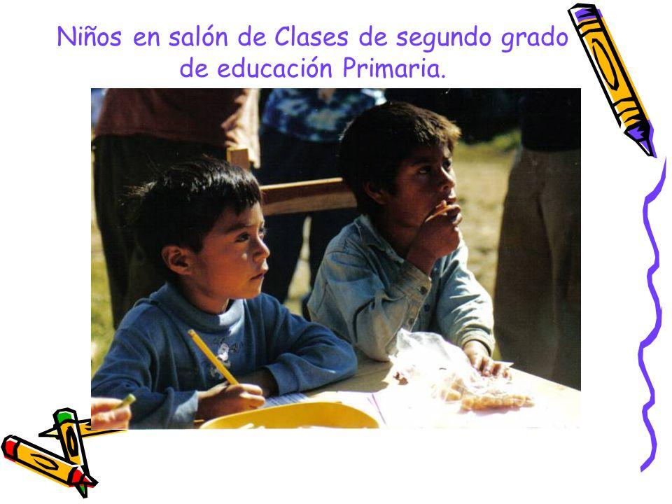 Niños en salón de Clases de segundo grado de educación Primaria.