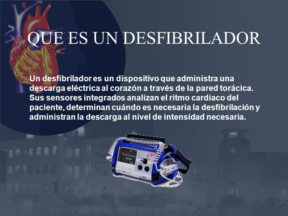 QUE ES UN DESFIBRILADOR Un desfibrilador es un dispositivo que administra una descarga eléctrica al corazón a través de la pared torácica. Sus sensore