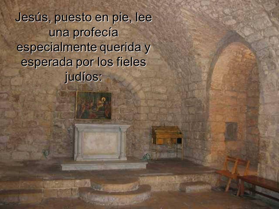 Jesús, puesto en pie, lee una profecía especialmente querida y esperada por los fieles judíos: