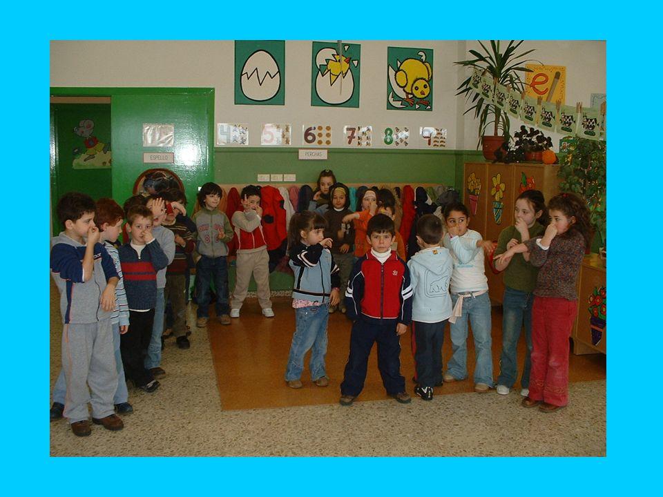 Desfile de elefantes Los niños se reúnen en grupos de cinco o seis para desfilar al igual que lo hacen los elefantes en el cuento, para ello tienen qu