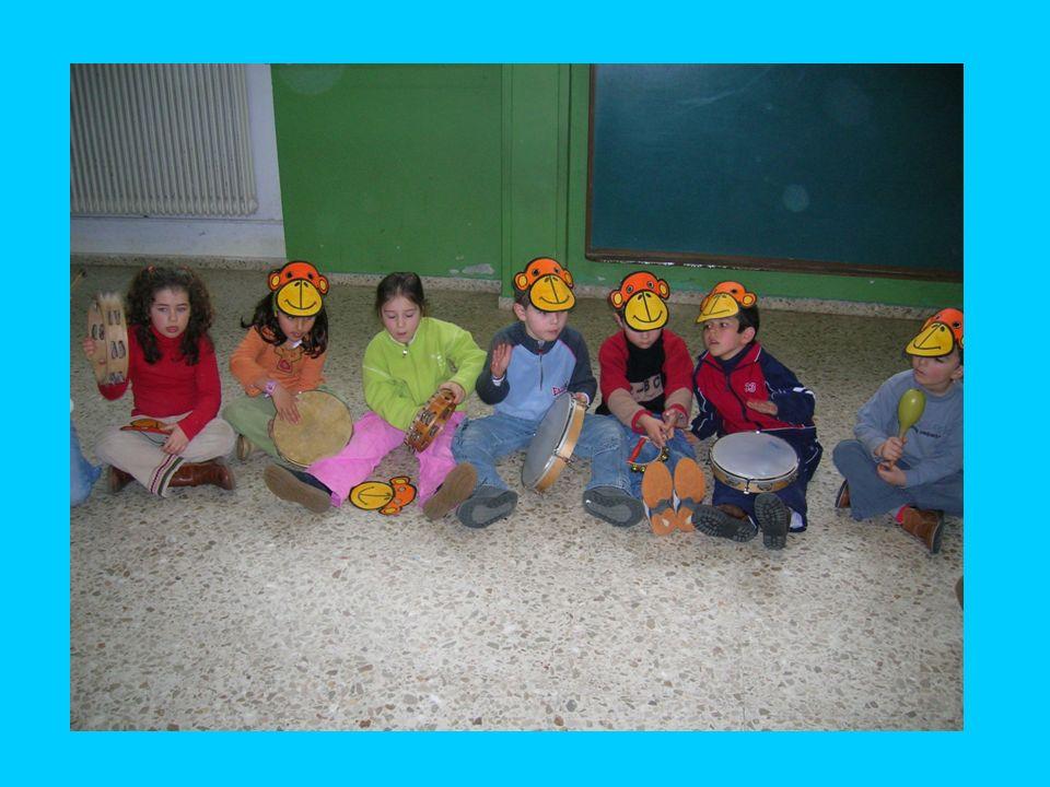 Monos Cara de mono Los niños pintan unas caretas de mono para la fiesta de los monos que tendrá lugar en el aula de música. Al llegar al aula de músic