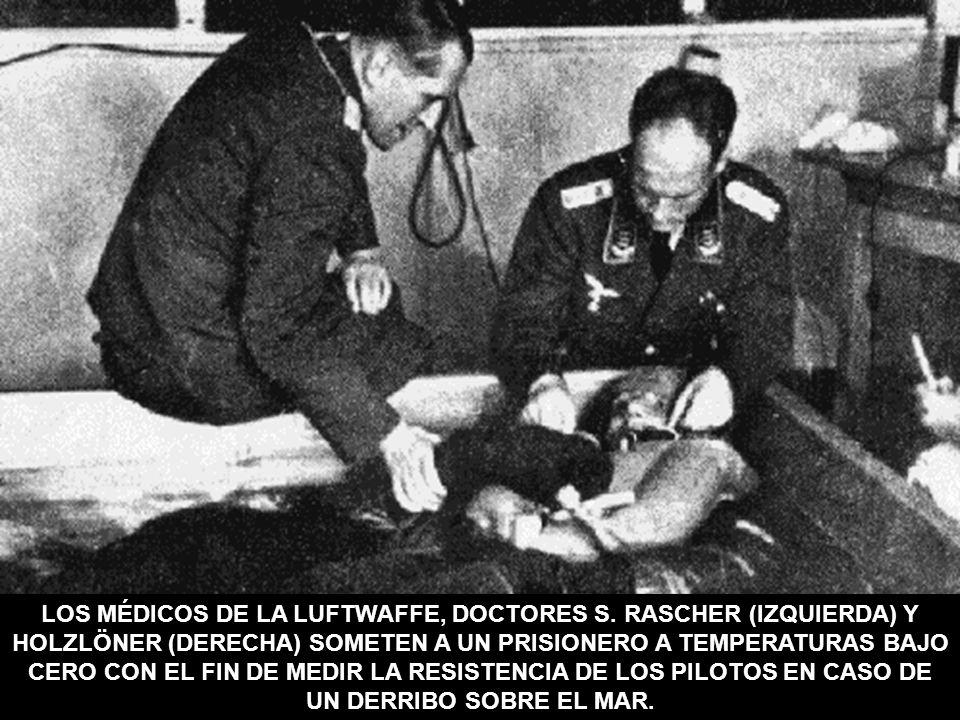 LOS MÉDICOS DE LA LUFTWAFFE, DOCTORES S. RASCHER (IZQUIERDA) Y HOLZLÖNER (DERECHA) SOMETEN A UN PRISIONERO A TEMPERATURAS BAJO CERO CON EL FIN DE MEDI