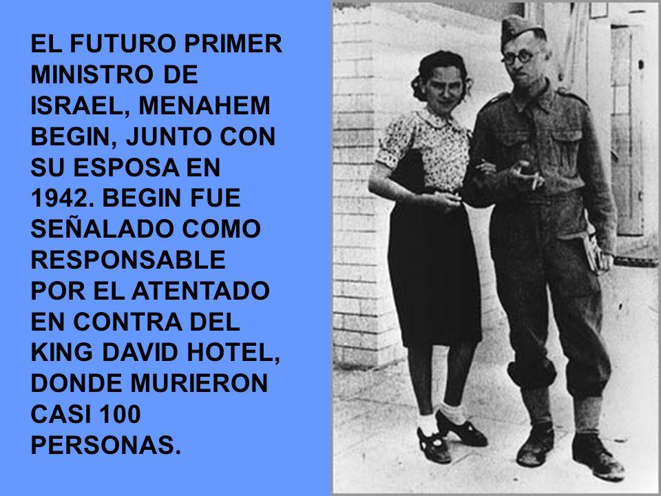 EL FUTURO PRIMER MINISTRO DE ISRAEL, MENAHEM BEGIN, JUNTO CON SU ESPOSA EN 1942. BEGIN FUE SEÑALADO COMO RESPONSABLE POR EL ATENTADO EN CONTRA DEL KIN
