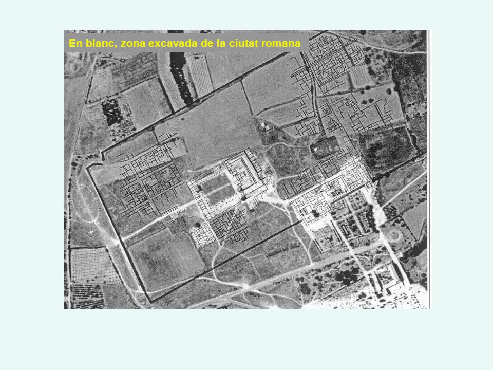 En blanc, zona excavada de la ciutat romana