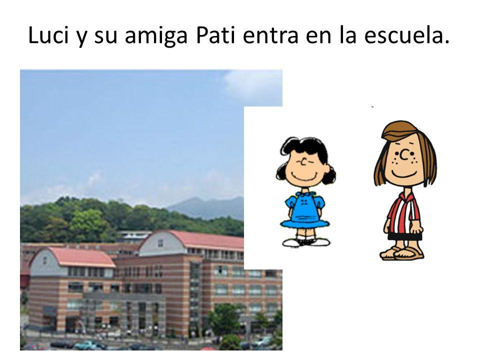 Luci y su amiga Pati entra en la escuela.