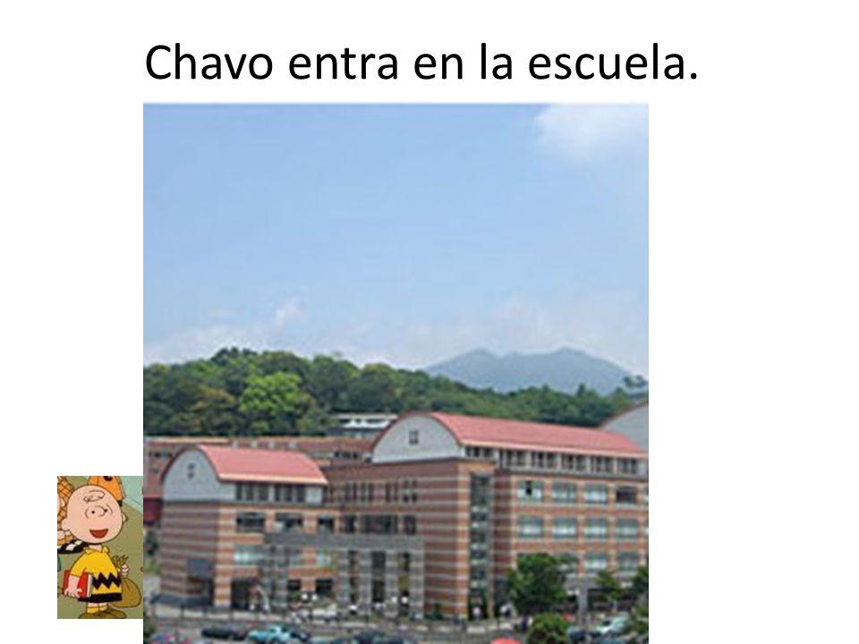 Chavo entra en la escuela.