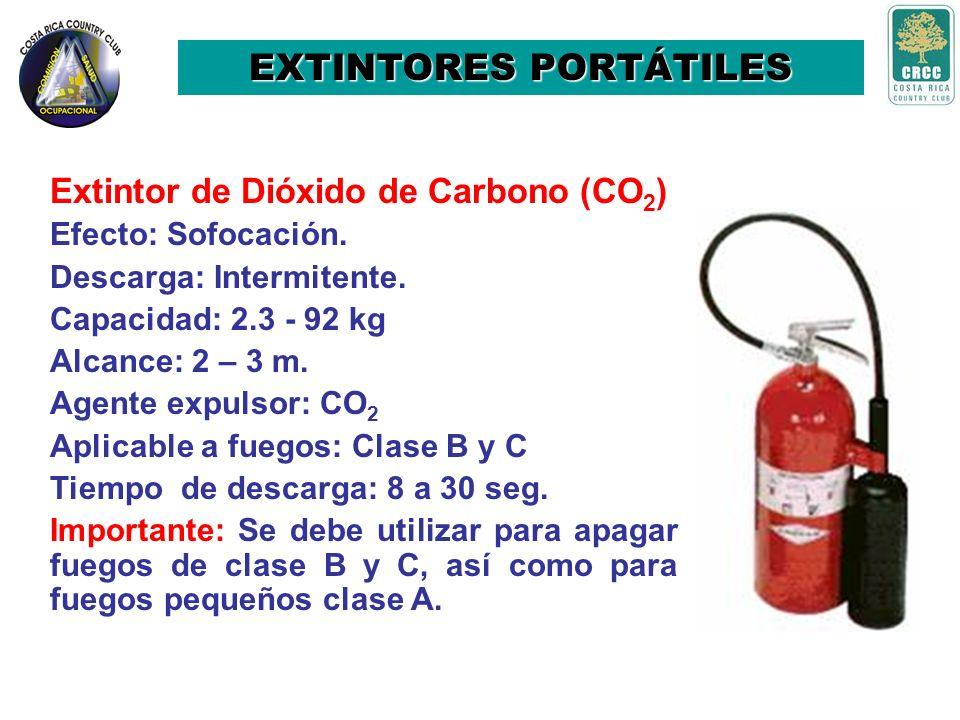EXTINTORES PORTÁTILES Extintores de agua Aplicable a fuegos: Clase A Efecto: Enfriamiento. Descarga: Intermitente. Capacidad: 9,5 litros Alcance: 10 –