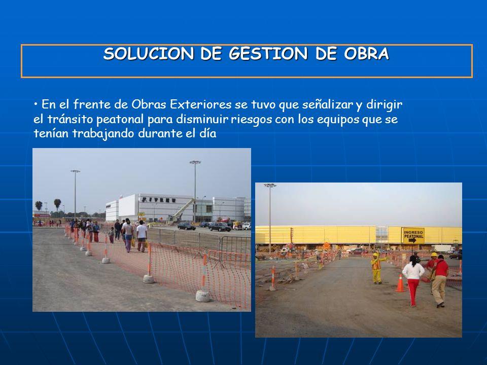 SOLUCION DE GESTION DE OBRA En el frente de Obras Exteriores se tuvo que señalizar y dirigir el tránsito peatonal para disminuir riesgos con los equip