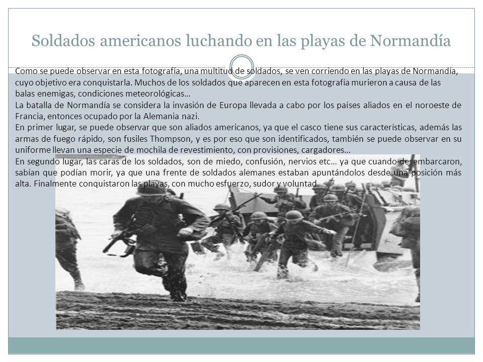 Soldados americanos luchando en las playas de Normandía Como se puede observar en esta fotografía, una multitud de soldados, se ven corriendo en las p