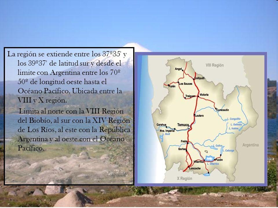 La región se extiende entre los 37º35' y los 39º37' de latitud sur y desde el limite con Argentina entre los 70º 50º de longitud oeste hasta el Océano