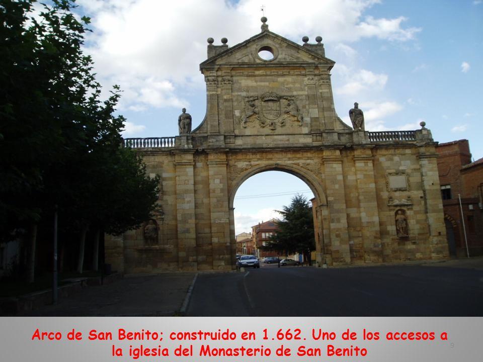 Arco de San Benito; construido en 1.662.