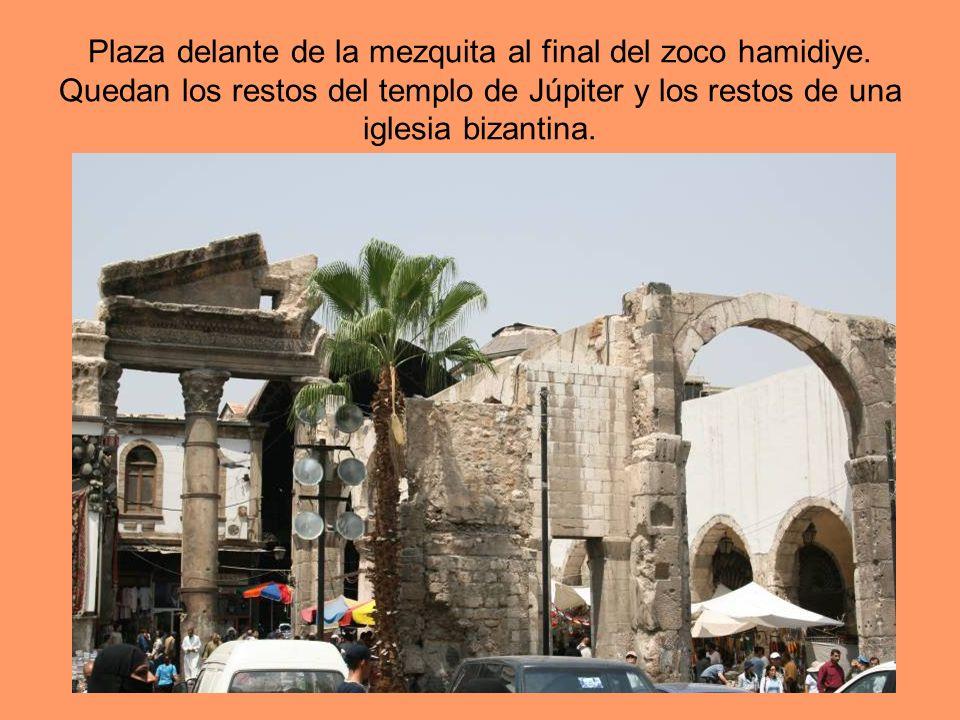 Plaza delante de la mezquita al final del zoco hamidiye. Quedan los restos del templo de Júpiter y los restos de una iglesia bizantina.