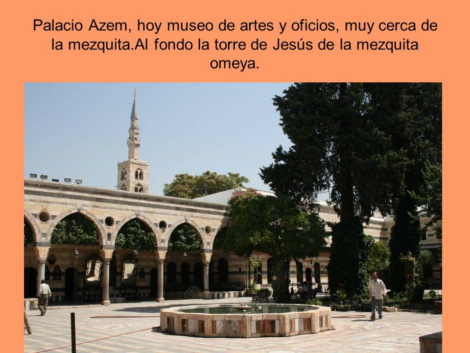 Palacio Azem, hoy museo de artes y oficios, muy cerca de la mezquita.Al fondo la torre de Jesús de la mezquita omeya.