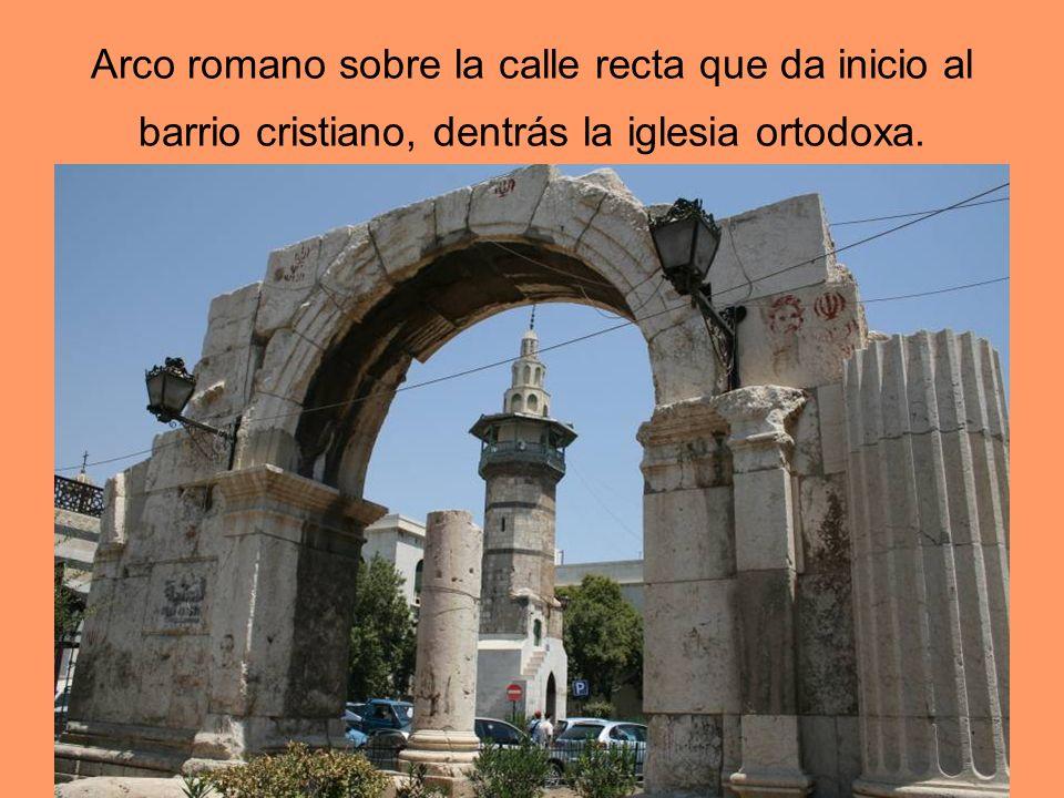 Arco romano sobre la calle recta que da inicio al barrio cristiano, dentrás la iglesia ortodoxa.