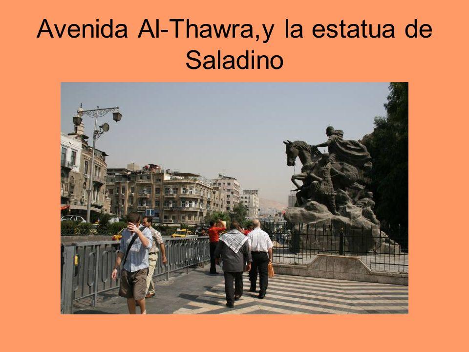 Avenida Al-Thawra,y la estatua de Saladino
