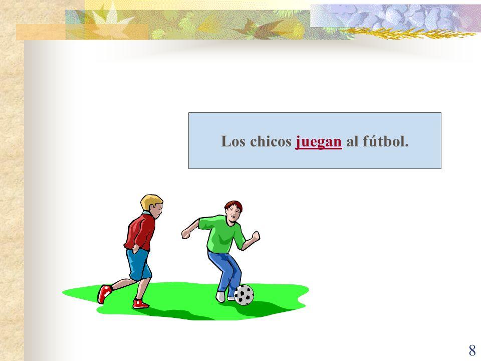 8 Los chicos juegan al fútbol.