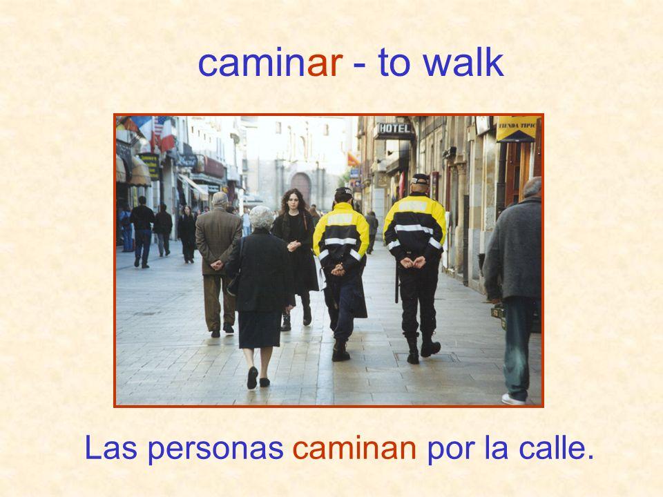 Las personas caminan por la calle. caminar - to walk
