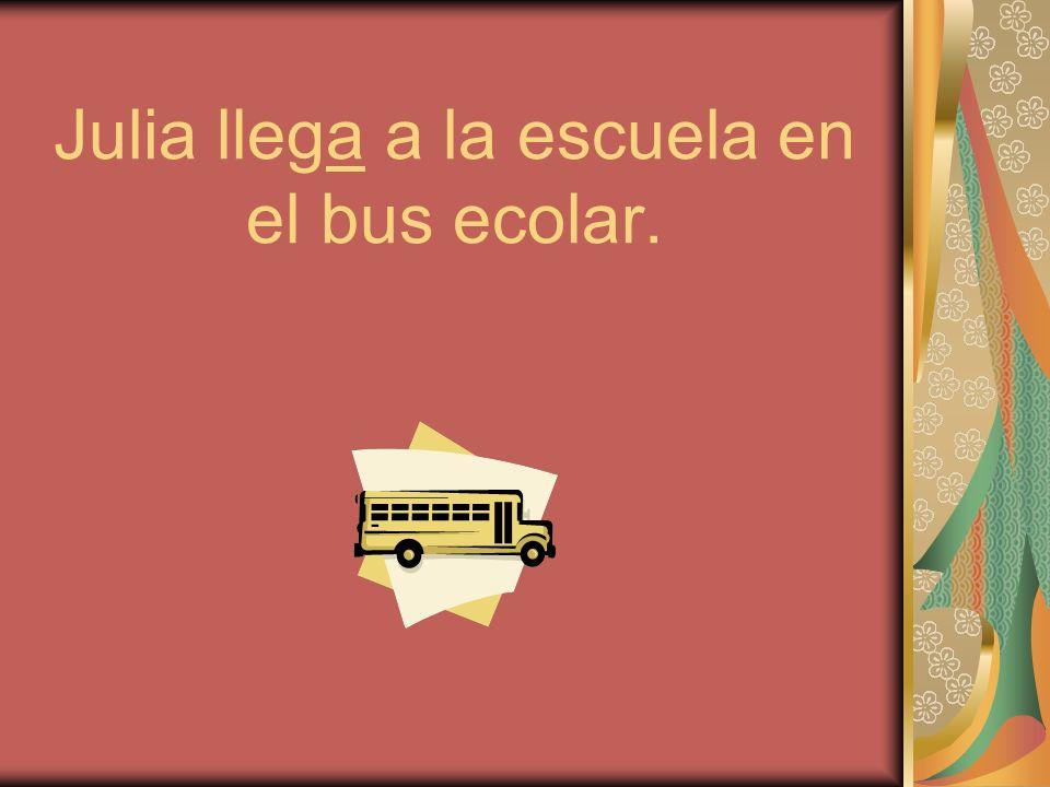 Julia llega a la escuela en el bus ecolar.
