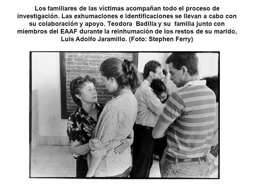 Los familiares de las víctimas acompañan todo el proceso de investigación. Las exhumaciones e identificaciones se llevan a cabo con su colaboración y