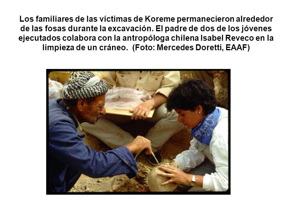 Los familiares de las víctimas de Koreme permanecieron alrededor de las fosas durante la excavación. El padre de dos de los jóvenes ejecutados colabor