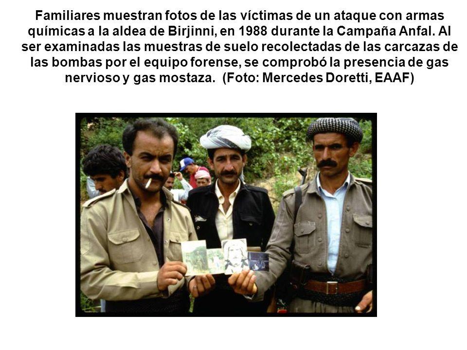 Familiares muestran fotos de las víctimas de un ataque con armas químicas a la aldea de Birjinni, en 1988 durante la Campaña Anfal. Al ser examinadas