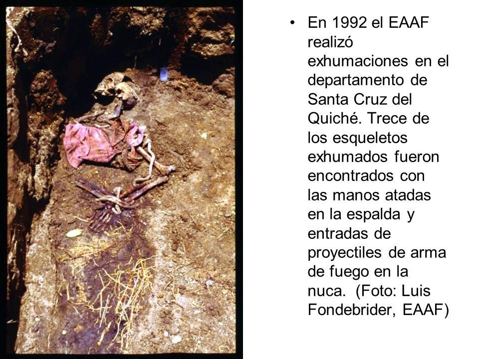En 1992 el EAAF realizó exhumaciones en el departamento de Santa Cruz del Quiché. Trece de los esqueletos exhumados fueron encontrados con las manos a