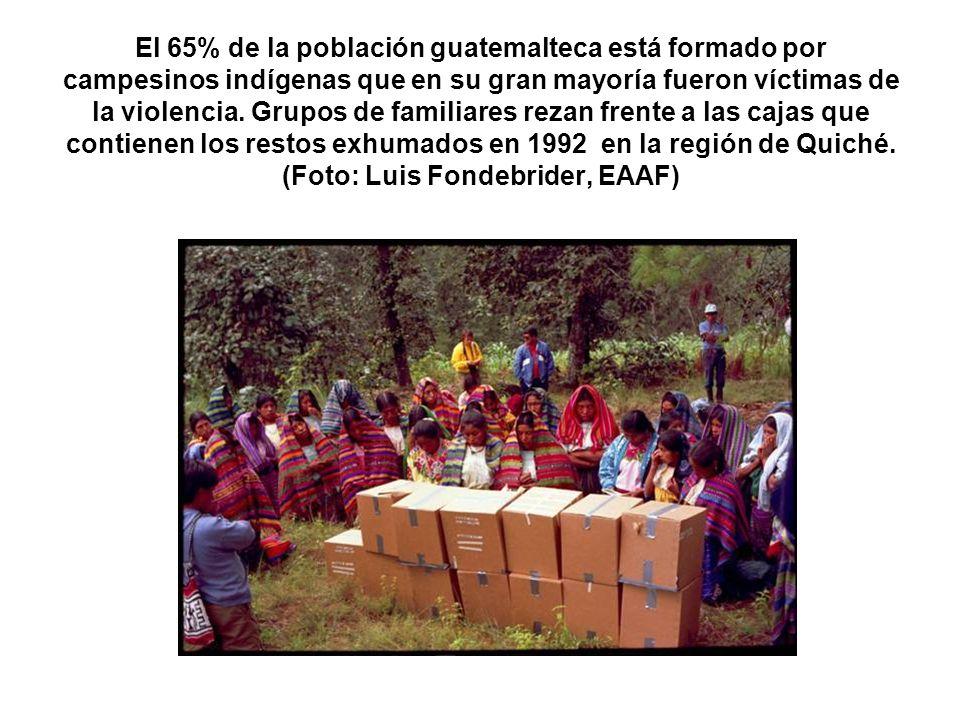 El 65% de la población guatemalteca está formado por campesinos indígenas que en su gran mayoría fueron víctimas de la violencia. Grupos de familiares