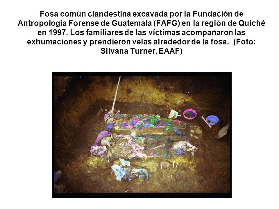 Fosa común clandestina excavada por la Fundación de Antropología Forense de Guatemala (FAFG) en la región de Quiché en 1997. Los familiares de las víc