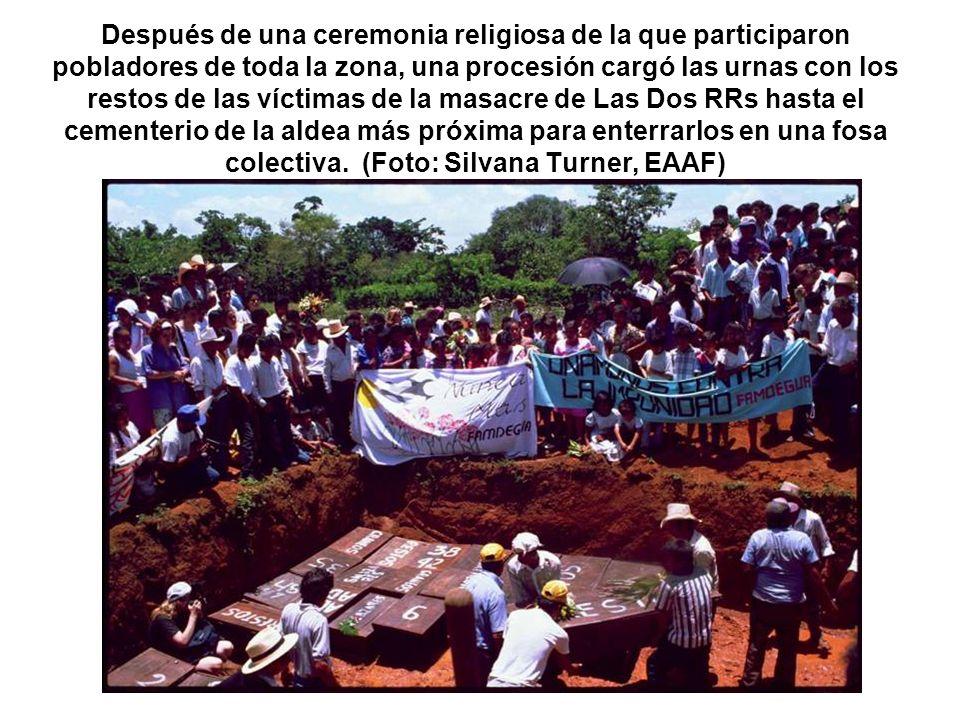 Después de una ceremonia religiosa de la que participaron pobladores de toda la zona, una procesión cargó las urnas con los restos de las víctimas de