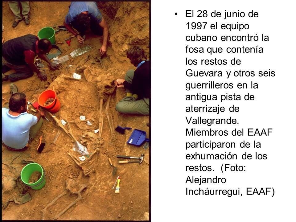 El 28 de junio de 1997 el equipo cubano encontró la fosa que contenía los restos de Guevara y otros seis guerrilleros en la antigua pista de aterrizaj