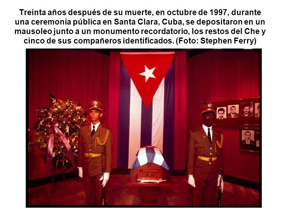 Treinta años después de su muerte, en octubre de 1997, durante una ceremonia pública en Santa Clara, Cuba, se depositaron en un mausoleo junto a un mo