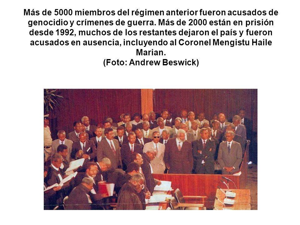 Más de 5000 miembros del régimen anterior fueron acusados de genocidio y crímenes de guerra. Más de 2000 están en prisión desde 1992, muchos de los re