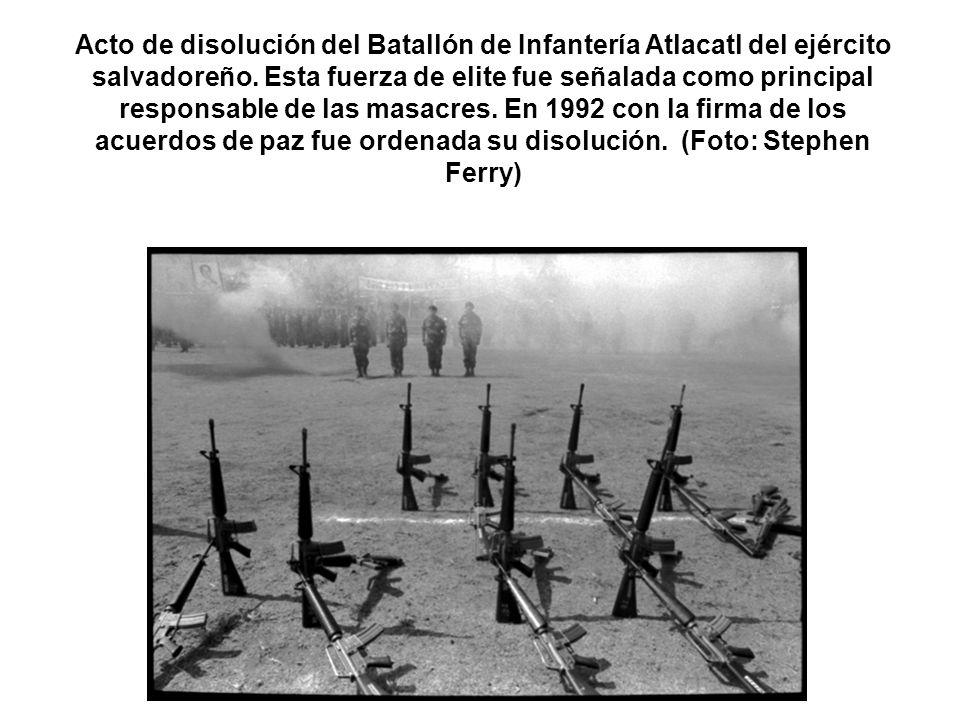 Acto de disolución del Batallón de Infantería Atlacatl del ejército salvadoreño. Esta fuerza de elite fue señalada como principal responsable de las m
