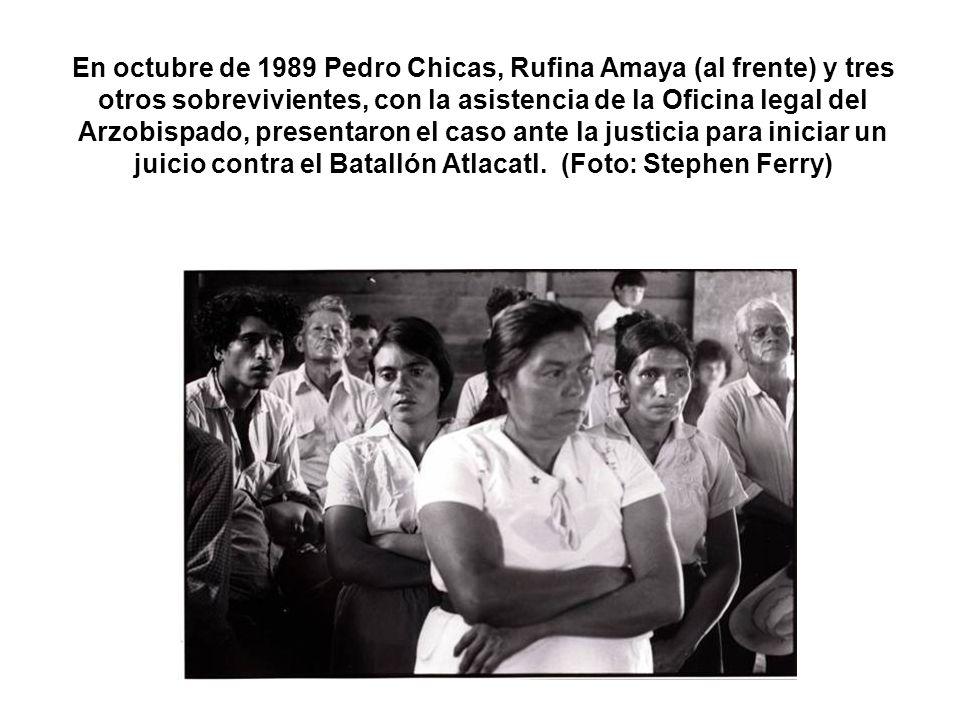 En octubre de 1989 Pedro Chicas, Rufina Amaya (al frente) y tres otros sobrevivientes, con la asistencia de la Oficina legal del Arzobispado, presenta