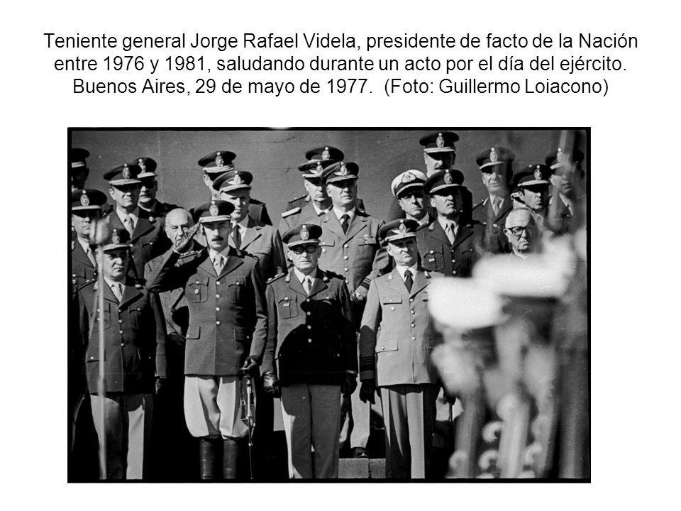 Teniente general Jorge Rafael Videla, presidente de facto de la Nación entre 1976 y 1981, saludando durante un acto por el día del ejército. Buenos Ai