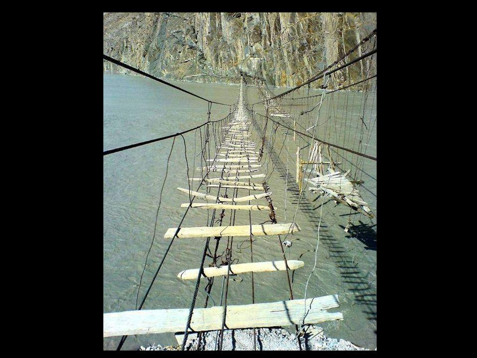 Puente colgante en el glaciar Trift, Suiza