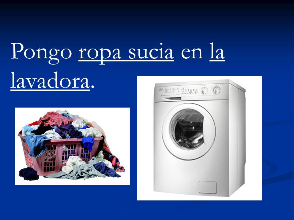 Pongo ropa sucia en la lavadora.