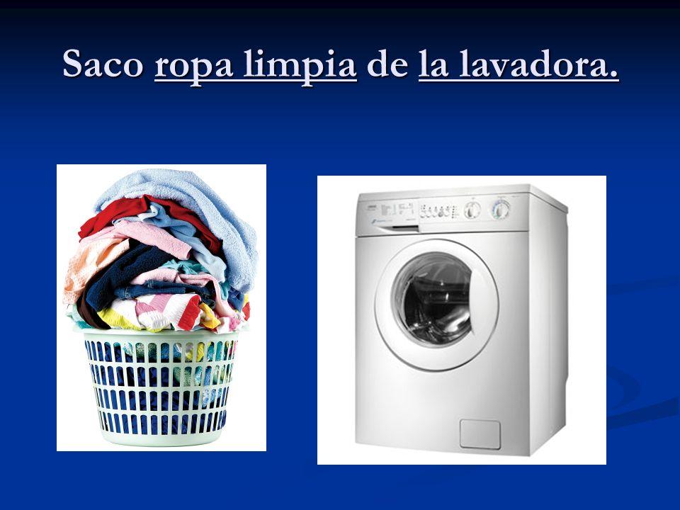 Saco ropa limpia de la lavadora.