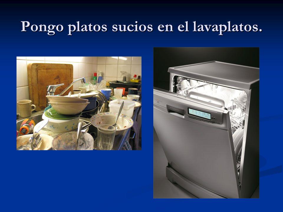 Pongo platos sucios en el lavaplatos.