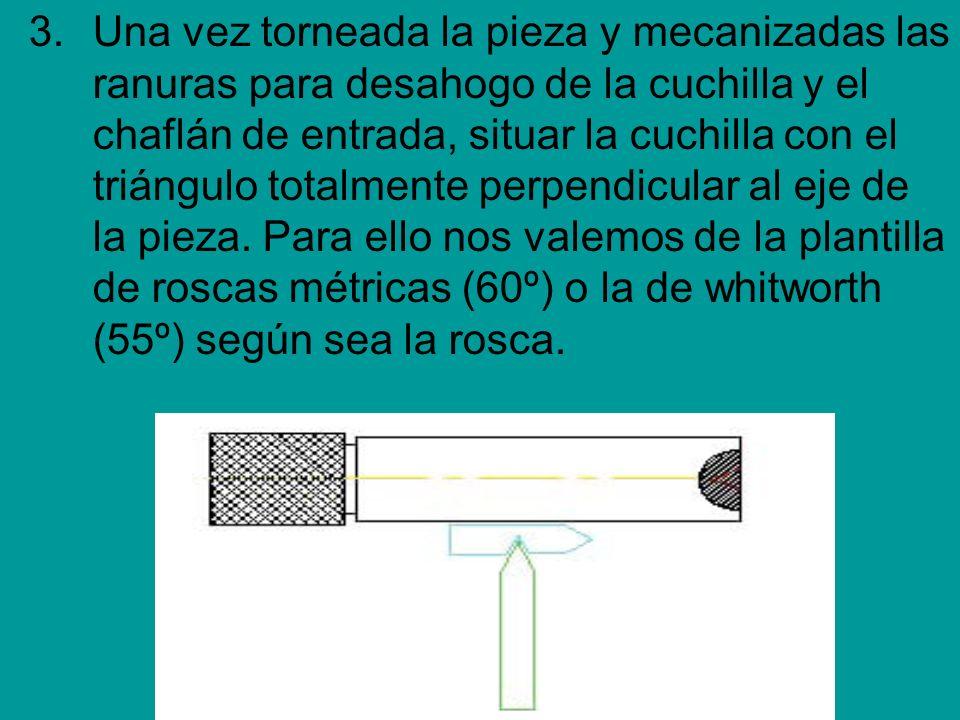 3.Una vez torneada la pieza y mecanizadas las ranuras para desahogo de la cuchilla y el chaflán de entrada, situar la cuchilla con el triángulo totalm