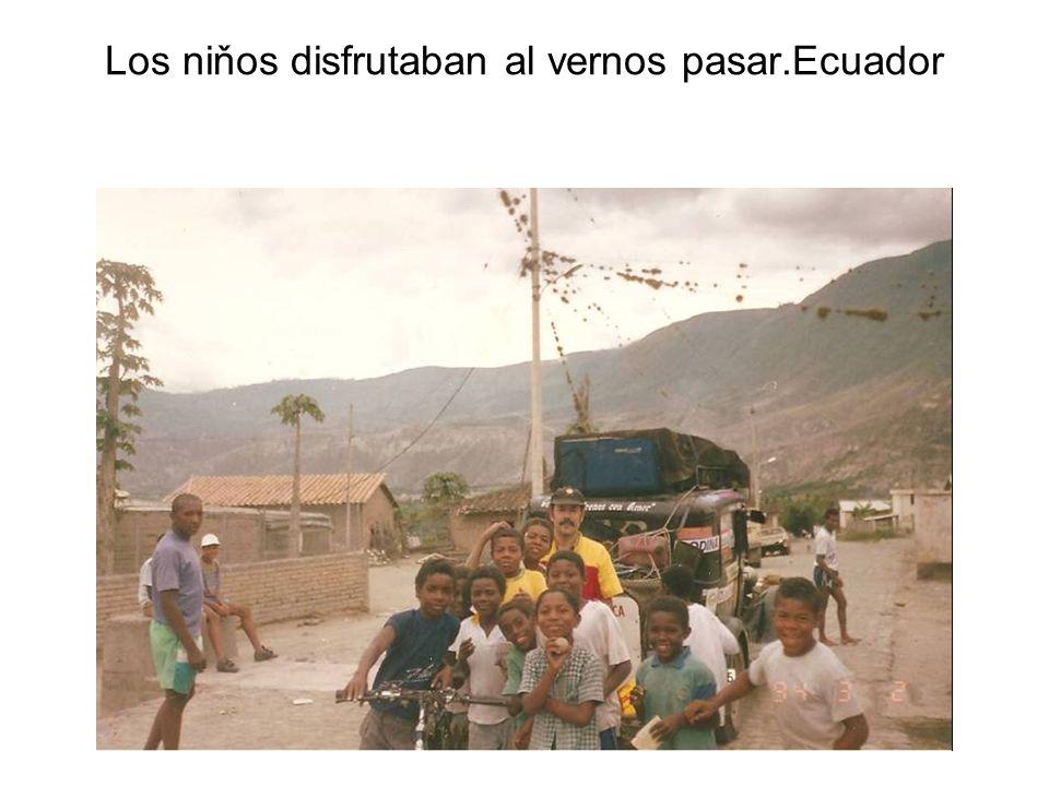 Los niňos disfrutaban al vernos pasar.Ecuador