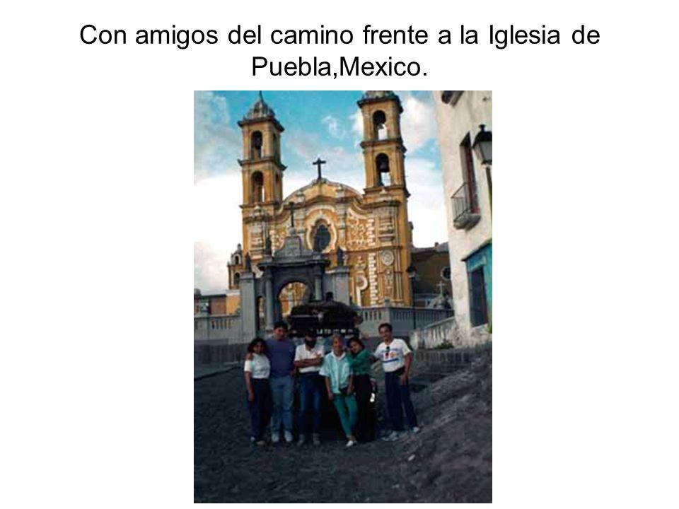 Con amigos del camino frente a la Iglesia de Puebla,Mexico.