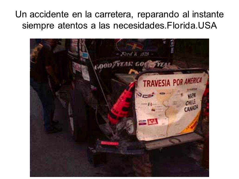 Un accidente en la carretera, reparando al instante siempre atentos a las necesidades.Florida.USA