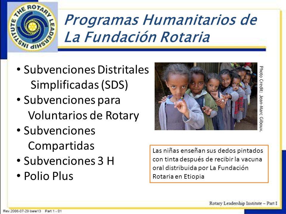 Programas Humanitarios de La Fundación Rotaria Las niñas enseñan sus dedos pintados con tinta después de recibir la vacuna oral distribuida por La Fun