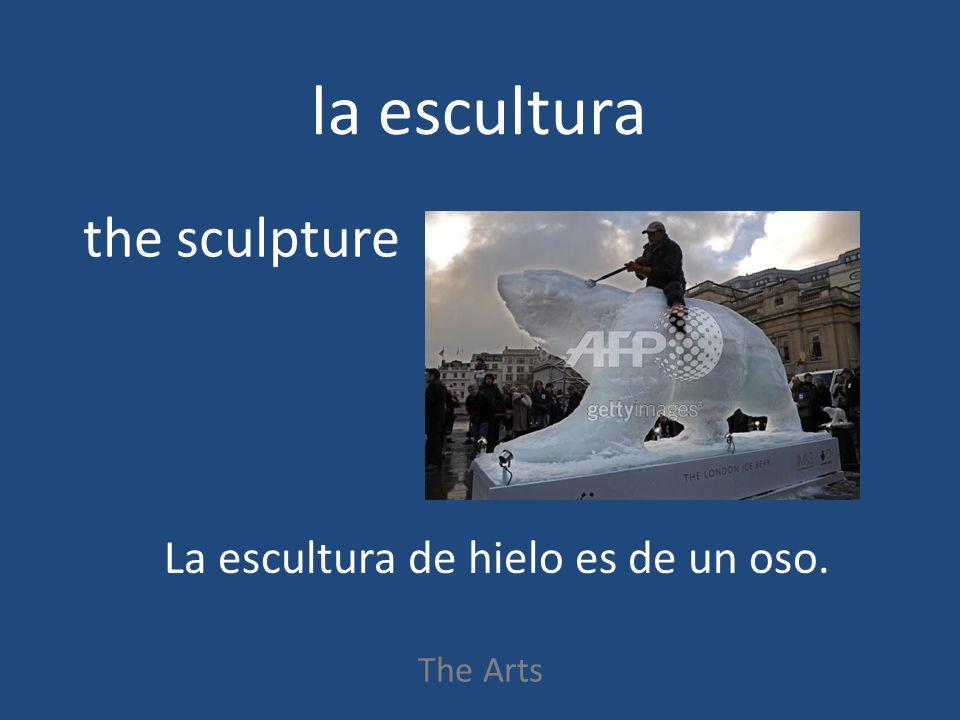 la escultura The Arts the sculpture La escultura de hielo es de un oso.