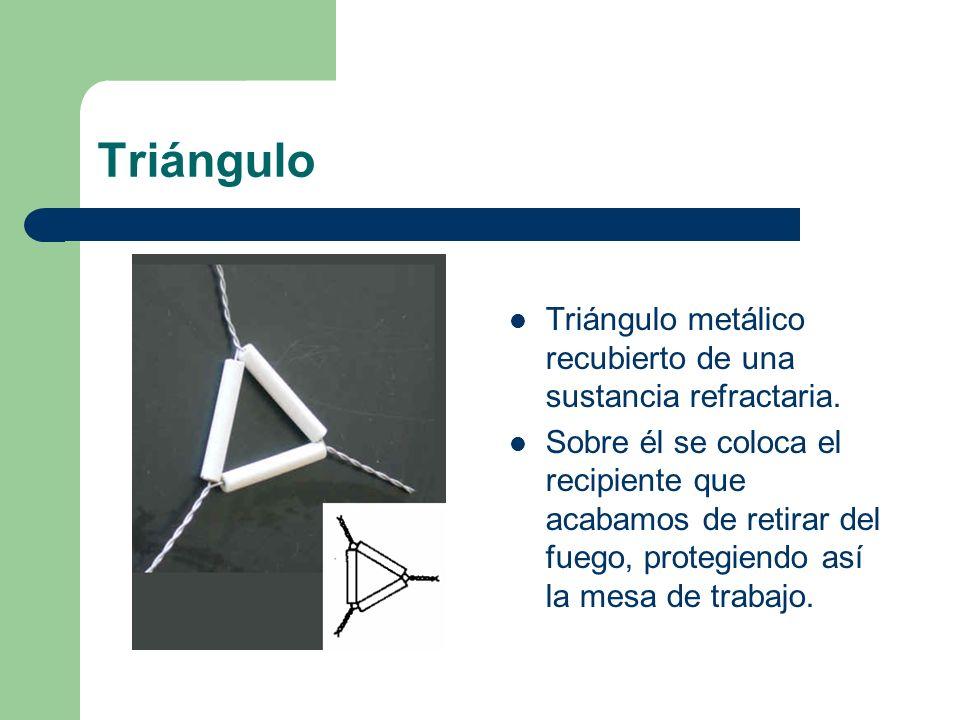 Triángulo Triángulo metálico recubierto de una sustancia refractaria. Sobre él se coloca el recipiente que acabamos de retirar del fuego, protegiendo