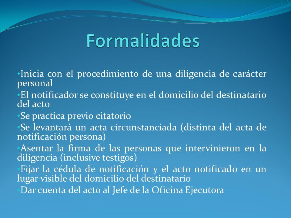 Inicia con el procedimiento de una diligencia de carácter personal El notificador se constituye en el domicilio del destinatario del acto Se practica