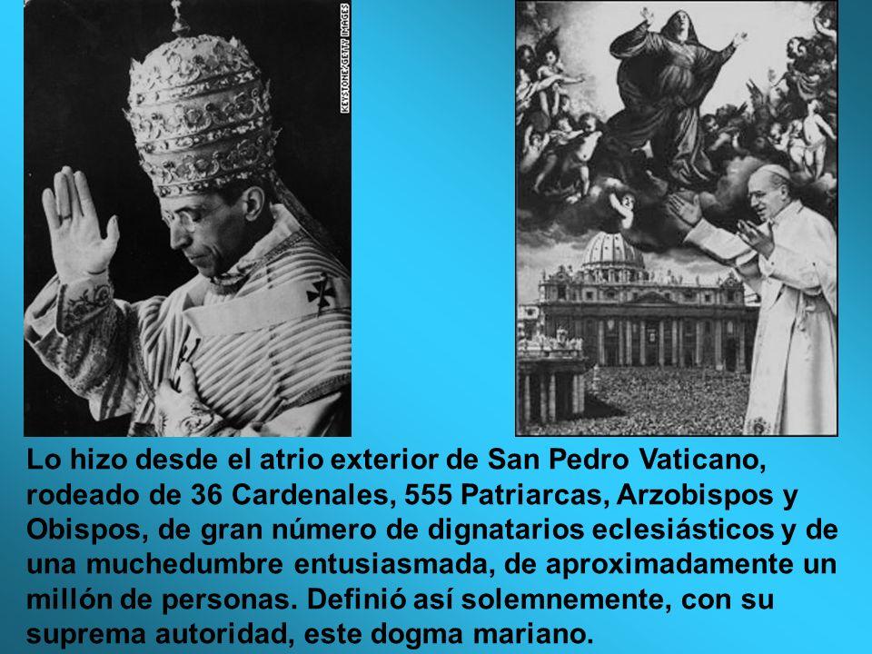 Lo hizo desde el atrio exterior de San Pedro Vaticano, rodeado de 36 Cardenales, 555 Patriarcas, Arzobispos y Obispos, de gran número de dignatarios e