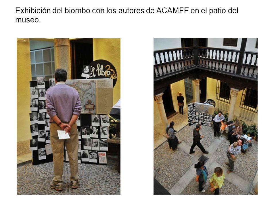 Exhibición del biombo con los autores de ACAMFE en el patio del museo.